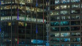 Ciérrese encima de la visión a las ventanas de la oficina en Moscú-ciudad de los rascacielos en el timelapse de la noche del top, metrajes