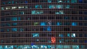 Ciérrese encima de la visión a las ventanas de la oficina en Moscú-ciudad de los rascacielos en el timelapse de la noche del top, almacen de video