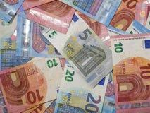 Ciérrese encima de la vista de arriba de los billetes de banco euro de la moneda Diversas denominaciones de notas europeas fotos de archivo