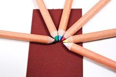 Ciérrese encima de la vista de diversos lápices del color aislados en el b blanco Foto de archivo