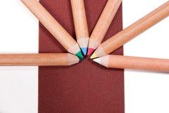 Ciérrese encima de la vista de diversos lápices del color en el papel de lija color Foto de archivo