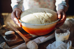 Ciérrese encima de la vista de la pasta de amasamiento del panadero Pan hecho en casa Manos pre Fotos de archivo libres de regalías