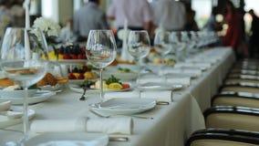 Ciérrese encima de la vista de la tabla de banquete servida para la celebración almacen de metraje de vídeo