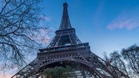 Ciérrese encima de la vista de la torre Eiffel en París en la puesta del sol Fotos de archivo libres de regalías