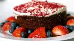 Ciérrese encima de la vista de la torta de chocolate con las bayas rojas almacen de metraje de vídeo