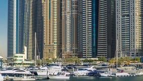 Ciérrese encima de la vista de las torres más altas del puerto deportivo de Dubai en Dubai en el timelapse del día almacen de video