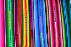 Ciérrese encima de la vista de materias textiles mayas indígenas vibrantes Fotos de archivo libres de regalías