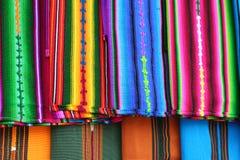 Ciérrese encima de la vista de materias textiles mayas indígenas vibrantes Imagen de archivo