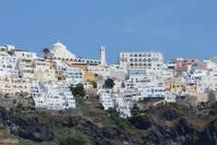 Ciérrese encima de la vista de Thira con las casas y la iglesia blancas - ciudad en el Sa Imagen de archivo