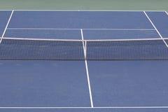 Ciérrese encima de la vista del campo de tenis Fotos de archivo