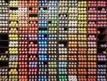 Ciérrese encima de la vista del estante con el espray multicolor usado de la pintada Imagen de archivo libre de regalías