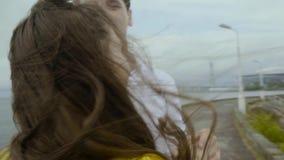 Ciérrese encima de la vista del hombre joven dos felices y del wooman ese baile junto almacen de metraje de vídeo