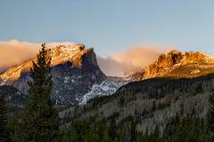 Ciérrese encima de la vista del pico de Hallett en Rocky Mountain National Park Es Fotografía de archivo