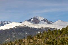 Ciérrese encima de la vista del pico Longs en un día soleado Fotografía de archivo