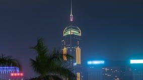 Ciérrese encima de la vista del timelapse futurista de los rascacielos y de sus luces del centelleo según lo visto en la noche co metrajes