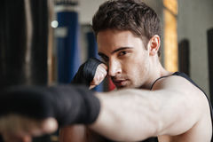 Ciérrese encima de la vista lateral del entrenamiento del boxeador en gimnasio imagen de archivo