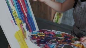 Ciérrese encima de lanzamiento El artista pinta una imagen abstracta con los acrílicos usando una tecnología especial La pintura  stock de ilustración