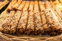 Ciérrese encima de las barras de la empanada o de pan del chocolate en cesta de mimbre Fotos de archivo libres de regalías