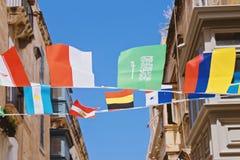 Ciérrese encima de las calles antiguas de La Valeta adornó con las banderas fotos de archivo libres de regalías