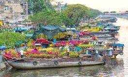 Ciérrese encima de las flores a lo largo del comercio Tet del barco de río Imágenes de archivo libres de regalías