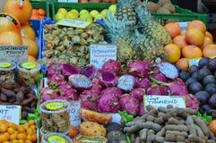 Ciérrese encima de las frutas exóticas de la visión para la venta Naschmarkt Viena foto de archivo