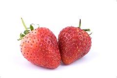 Ciérrese encima de las frutas frescas perfectamente retocadas de las fresas en el fondo blanco Fotos de archivo libres de regalías