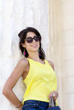 Ciérrese encima de las gafas de sol que llevan del retrato hermoso de la mujer de la moda Fotografía de archivo