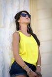 Ciérrese encima de las gafas de sol que llevan del retrato hermoso de la mujer de la moda Fotografía de archivo libre de regalías