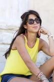Ciérrese encima de las gafas de sol que llevan del retrato hermoso de la mujer de la moda Imagen de archivo libre de regalías
