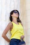 Ciérrese encima de las gafas de sol que llevan del retrato hermoso de la mujer de la moda Imagen de archivo