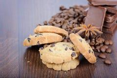 Ciérrese encima de las galletas, de los granos de café y del chocolate Foto de archivo libre de regalías