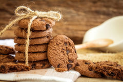 Ciérrese encima de las galletas de microprocesador de chocolate apiladas en servilleta con b de madera Fotos de archivo