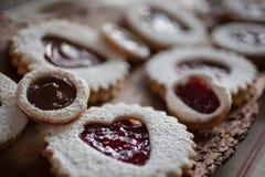 Ciérrese encima de las galletas del día de tarjeta del día de San Valentín en el pedazo de corteza Imágenes de archivo libres de regalías