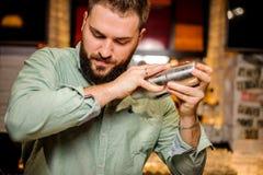 Ciérrese encima de las manos de los barmans fotografía de archivo