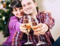 Ciérrese encima de las manos de los pares de la imagen con los cubiletes del vino de la burbuja Fotos de archivo libres de regalías
