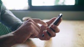 Ciérrese encima de las manos del blogger que usa el teléfono elegante almacen de metraje de vídeo