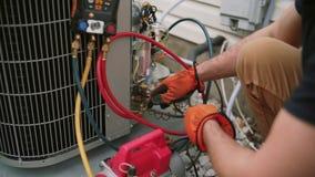 Ciérrese encima de las manos del trabajador que el mantenimiento es aire al aire libre condicionado Cierre para arriba almacen de metraje de vídeo