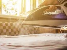 Ciérrese encima de las manos de la criada del servicio de lavadero en hotel turístico del verano imagen de archivo