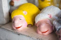 Ciérrese encima de las muñecas coloridas lindas de las ovejas para la decoración casera Foto de archivo libre de regalías
