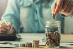 ciérrese encima de las mujeres de negocios de la mano que ahorran el dinero finanzas del concepto foto de archivo libre de regalías
