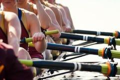 Ciérrese encima de las personas del Rowing de las mujeres Foto de archivo libre de regalías