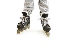 Ciérrese encima de las piernas de un muchacho en pcteres de ruedas Fotografía de archivo