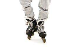 Ciérrese encima de las piernas de un muchacho en pcteres de ruedas Fotos de archivo