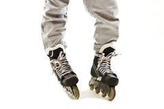 Ciérrese encima de las piernas de un muchacho en pcteres de ruedas Foto de archivo libre de regalías