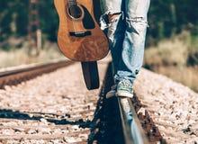 Ciérrese encima de las piernas del hombre de la imagen en el ferrocarril Imágenes de archivo libres de regalías