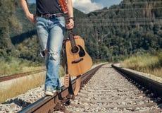 Ciérrese encima de las piernas del hombre de la imagen en paseo del dril de algodón del rippad en el ferrocarril Fotografía de archivo