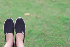 Ciérrese encima de las zapatillas deportivas con las piernas del atleta foto de archivo
