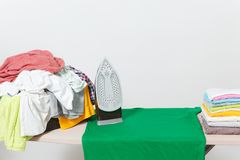 Ciérrese encima de lavadero lavado ropa colorida del hierro de vapor en el fondo blanco housekeeping Copie el anuncio del espacio imágenes de archivo libres de regalías