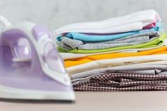 Ciérrese encima de lavadero lavado ropa colorida del hierro de vapor en el fondo blanco housekeeping Copie el anuncio del espacio fotografía de archivo libre de regalías