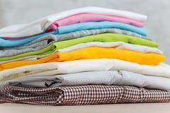 Ciérrese encima de lavadero lavado ropa colorida del hierro de vapor en el fondo blanco housekeeping Copie el anuncio del espacio foto de archivo